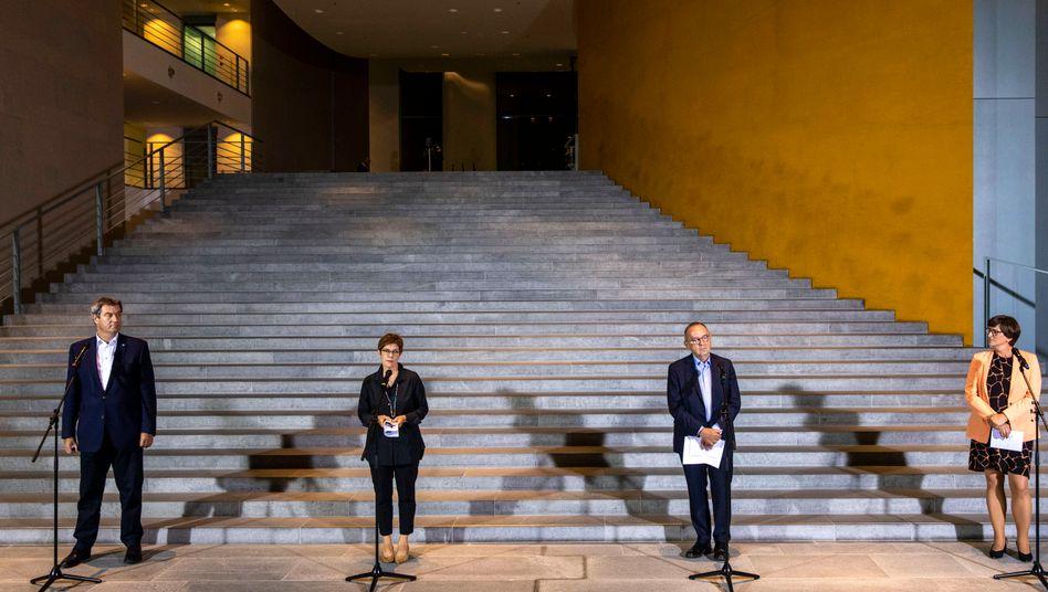 Die Parteivorsitzenden erklären das Ergebnis im Bundeskanzleramt: Markus Söder (CSU), Annegret Kramp-Karrenbauer (CDU), Norbert Walter-Borjans und Saskia Esken (SPD, von links)