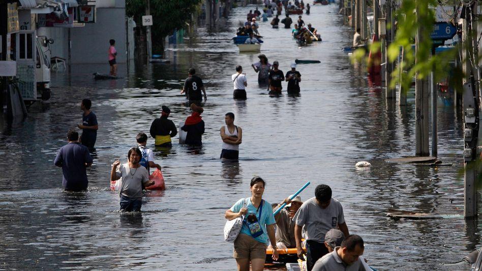 Kein Durchkommen: Bangkoks Müllabfuhr kann derzeit nicht ausrücken