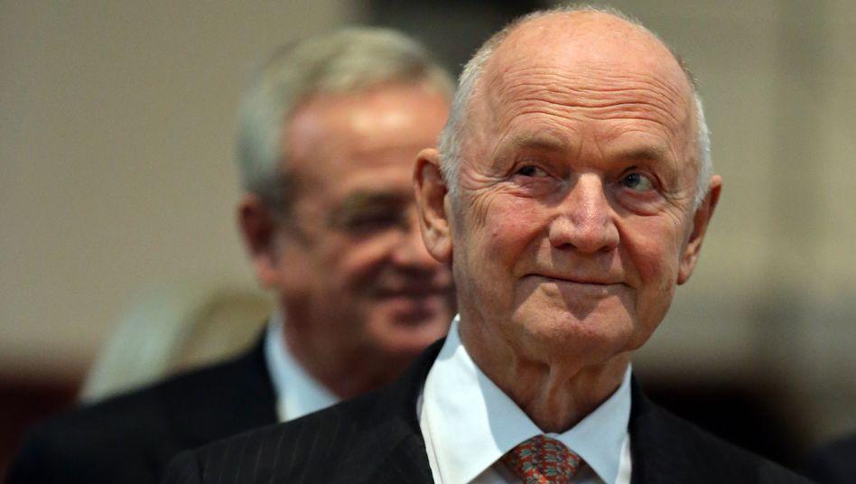 Piëch, Winterkorn (im Hintergrund): Der VW-Patriarch streut Zweifel daran, dass ihm der amtierende VW-Chef an der Spitze des Aufsichtsrats nachfolgen wird