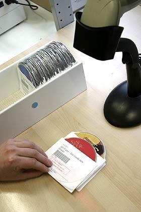 Hightech: Auf jeder Versandtasche befindet sich ein Code, der dem System alle Daten zur DVD anzeigt.