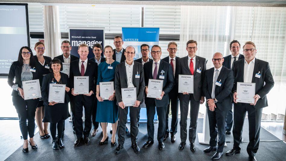 Investors' Darling 2019 - die Preisträger (v.l.n.r): Dana Unger (Kion), Antje Kelbert (Kion), Andrea Wentscher (BASF), Thomas Fritsche (Jenoptik), Constantin Birnstiel (Merck), Christian Warns (TAKKT), Helene von Roeder (Vonovia), Benjamin Bühler (TAKKT), Ronald Köhler (Covestro), André Simon (Lanxess), Michael Schneider (Norma Group), Michael Klaus (Metzler), Olaf Holzkämper (Cewe), Henning Zülch (HHL Leipzig), Sven Oliver Clausen (manager magazin), Markus Georgi (Fresenius)