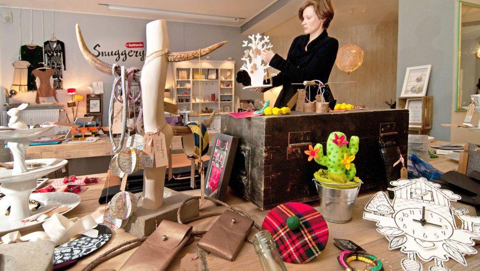 Eine Mitarbeiterin des Online-Marktplatzes Dawanda dekoriert in Berlin einen Laden der Plattform.