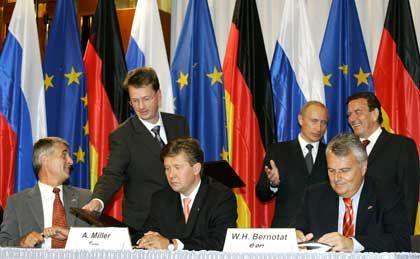 Man kennt sich, man beteiligt sich: An dem Gemeinschaftsunternehmen für den Bau einer Gaspipeline durch die Ostsee ist die russische Gazprom mit 51 Prozent beteiligt, die deutschen Partner BASF und Eon halten je 24,5 Prozent.