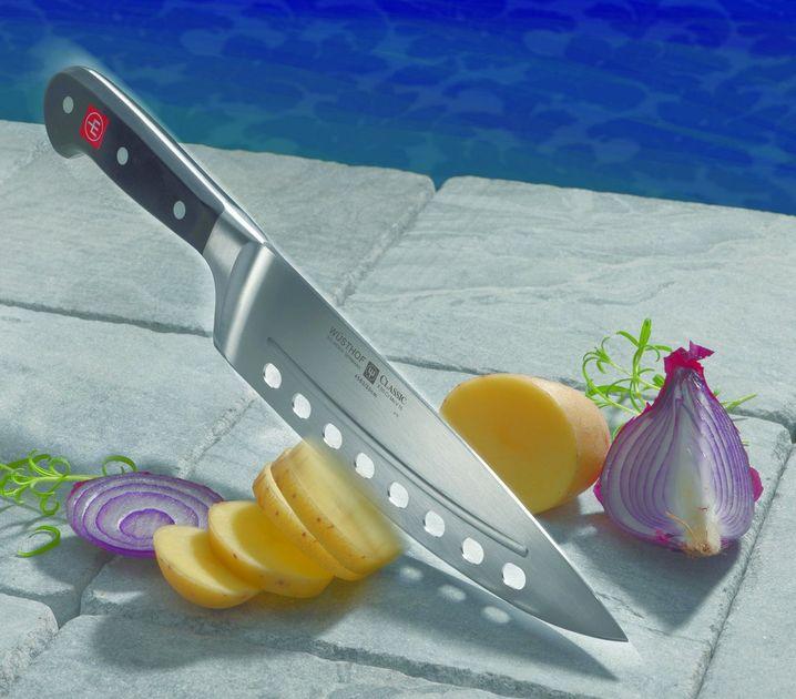 """""""Für Hobbyköche top"""", lobt Stefan Hartmann dieses Messer. Die Löcher und die Abstreifkante sollen verhindern, dass Gemüse oder Fleisch an der Klinge kleben. In unserem Test hat das auch funktioniert."""