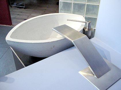 Das Bauhaus steht Pate: Flacher Betonwasserhahn mit Seifenspender