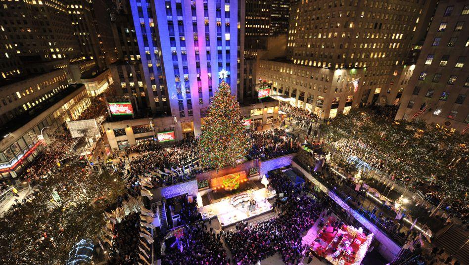 Touristenattraktion: New Yorks Bürgermeister Michael Bloomberg schaltete die 15.000 Lichter des Weihnachtsbaums an