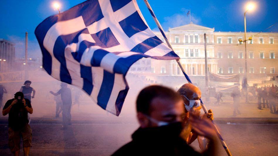 Seit Tagen Protest: Bei gewalttäigen Ausschreitungen gegen das Sparprogramm der Regierung vor dem Parlament und in der City von Athen sind allein am Dienstag und in der Nacht zu Mittwoch etwa 300 Menschen verletzt worden