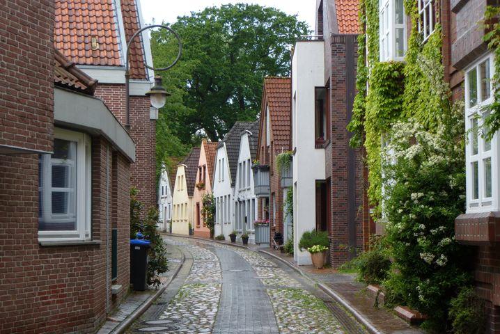 Kleine Straßen, schnuckelige Häuser - Jever im Landkreis Friesland ist eine der größeren Städte der Region am Jadebusen.
