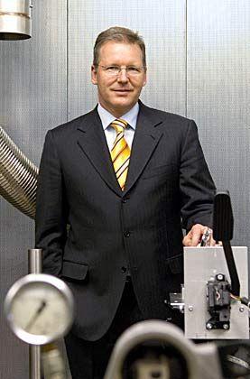 """Der Unternehmensleiter: Jürgen Geißinger (46) wusste schon an der Uni, """"dass ich in der Industrie Karriere machen will"""". Seit 1998 ist der promovierte Maschinenbauer Vorsitzender der Geschäftsleitung bei Schaeffler. Den Ausschlag gab seine wissenschaftliche Qualifikation: """"Die Eigentümer wollten einen Techniker"""""""