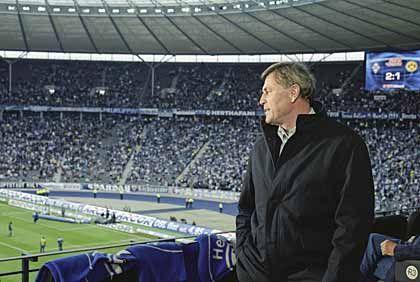 Wachsames Auge: Aufsichtsratschef Rolf Eckrodt wacht von der Ehrenloge des Berliner Olympiastadions über das Spiel von Hertha BSC