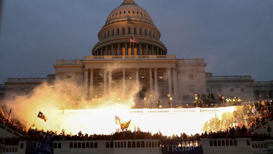 Flammen am Kapitol: Explosion während des Krawalls von Trump-Anhängern am Mittwoch - die Zahl der Todesopfer steigt auf fünf