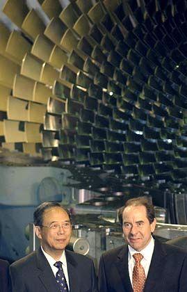 BU: Der stellvertretende chinesische Ministerpräsident Zeng Peiyan (l) besucht am Donnerstag (25.11.2004) in Berlin das Gasturbinenwerk der Siemens AG. Neben ihm steht das Mitglied des Siemens-Zentralvorstandes Klaus Wucherer
