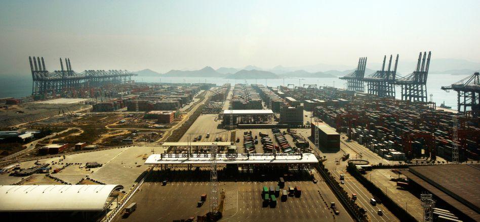 Hafen in Shenzen: Chinas Ausfuhren sind im Juli um 8,3 Prozent auf 195,10 Milliarden Dollar gesunken.