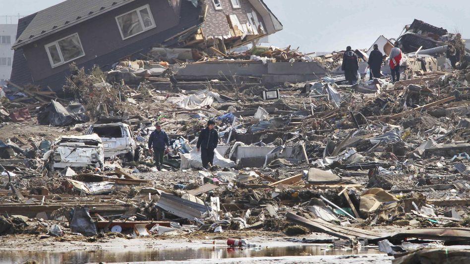 Verheerende Schäden: Nach dem Erdbeben riss der Tsunami Häuser, Autos und Schiffe mit sich