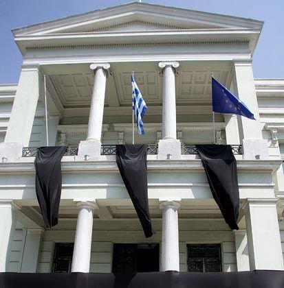 Haushaltssanierung unmöglich: Griechenland bittet die EU um Hilfe. Beschäftigte des Außenministeriums protestieren derweil mit schwarzen Flaggen gegen Gehaltskürzungen.