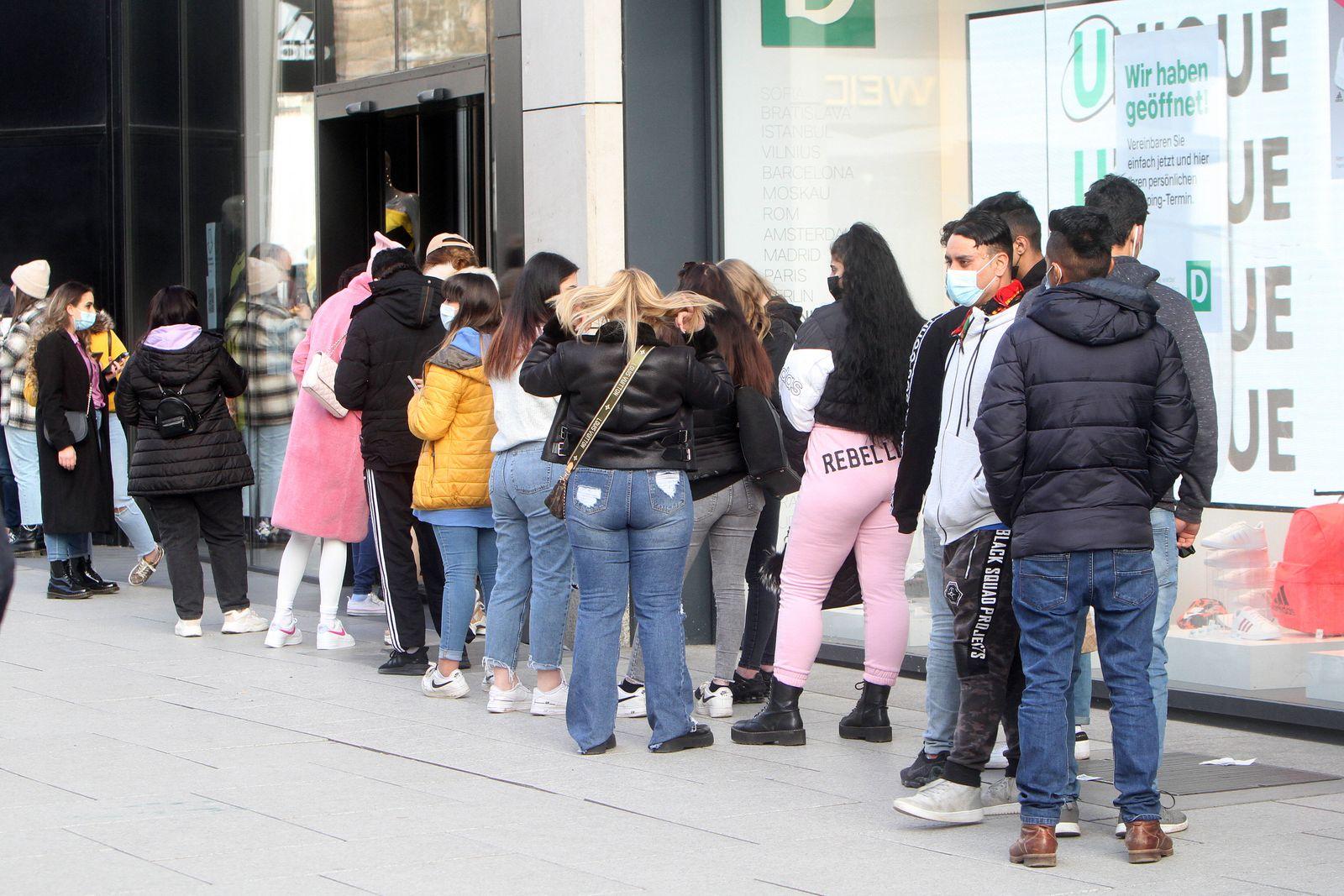 Eine lange Schlang von Kunden steht vor dem Eingang zu einem Modegeschäft in der Fußgängerzone und Einkaufsstraße Zeil,