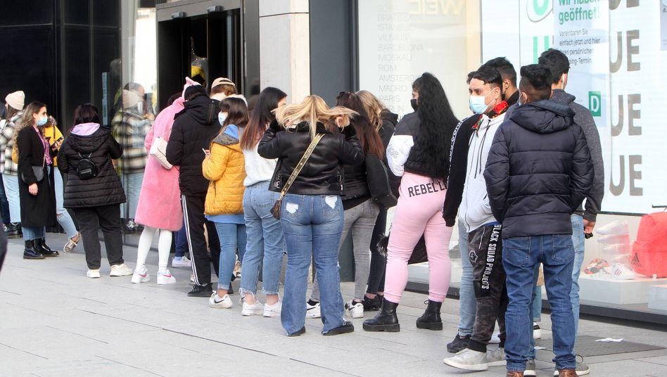 Vor der Notbremse: Warteschlange in der Einkaufsstraße Zeil in Frankfurt am Main (Corona-Inzidenz 125,4)