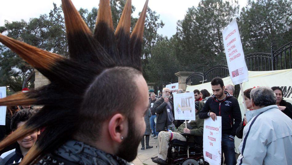 Demonstranten in Nikosia: Die Wut der Kleinsparer in Zypern ist groß. Sie sollen zur Rettung der Banken eine Sonderabgabe auf ihre Einlage zahlen. Viele versuchten am Wochenende, ihr Geld abzuheben.