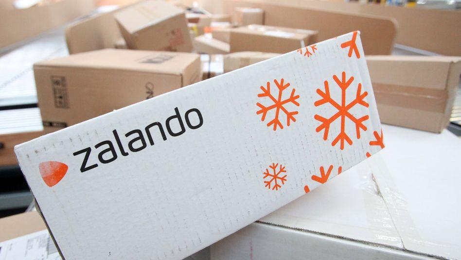 Zalando-Päckchen auf einem Paketförderband