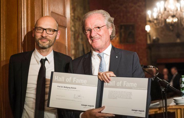 Große Freude: Wolfgang Reitzle (r.) ist seit 2014 Mitglied der Hall of Fame - und auch jenseits der 65 Jahre noch sehr aktiv . Neben ihm steht der Chefredakteur des Manager Magazin, Steffen Klusmann