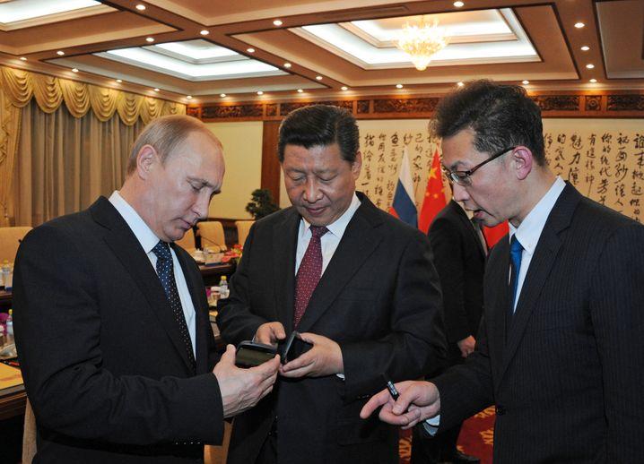 Wladimir Putin (mit Chinas Staatschef Xi Jinping in Peking, Archiv): Ein starker Mann geht auf Konfrontationskurs zum Westen - und zu Japan
