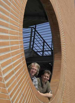 """Die Bottom-up-Fraktion: Norman Packard (links) und Mark Bedau haben in Venedig die Firma Protolife gegründet, um künstliche Zellen aus """"toten Chemikalien"""" zu entwickeln. ..."""