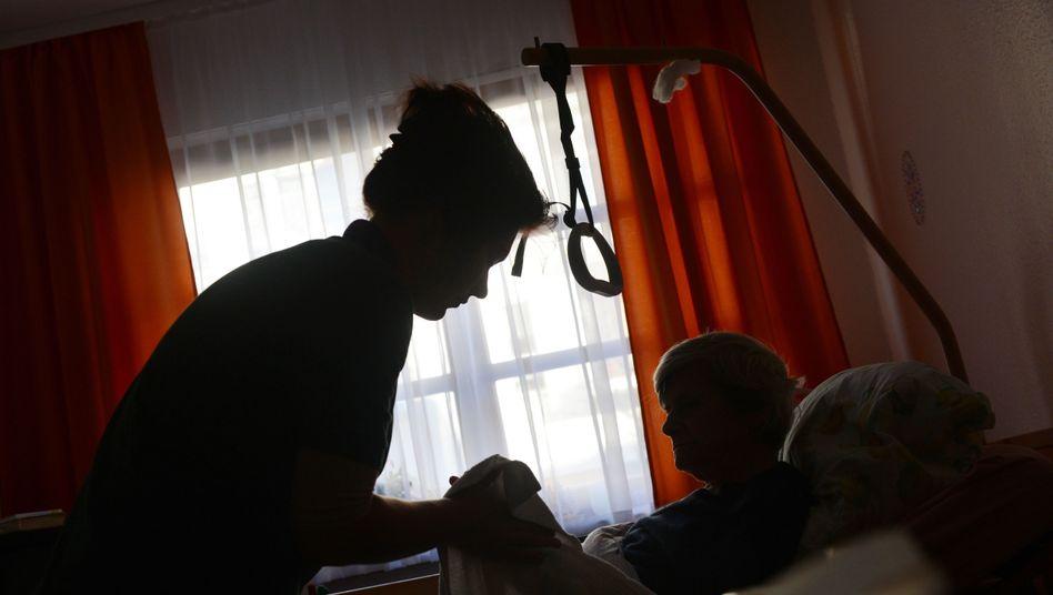 Altenpflegerin bei der Arbeit