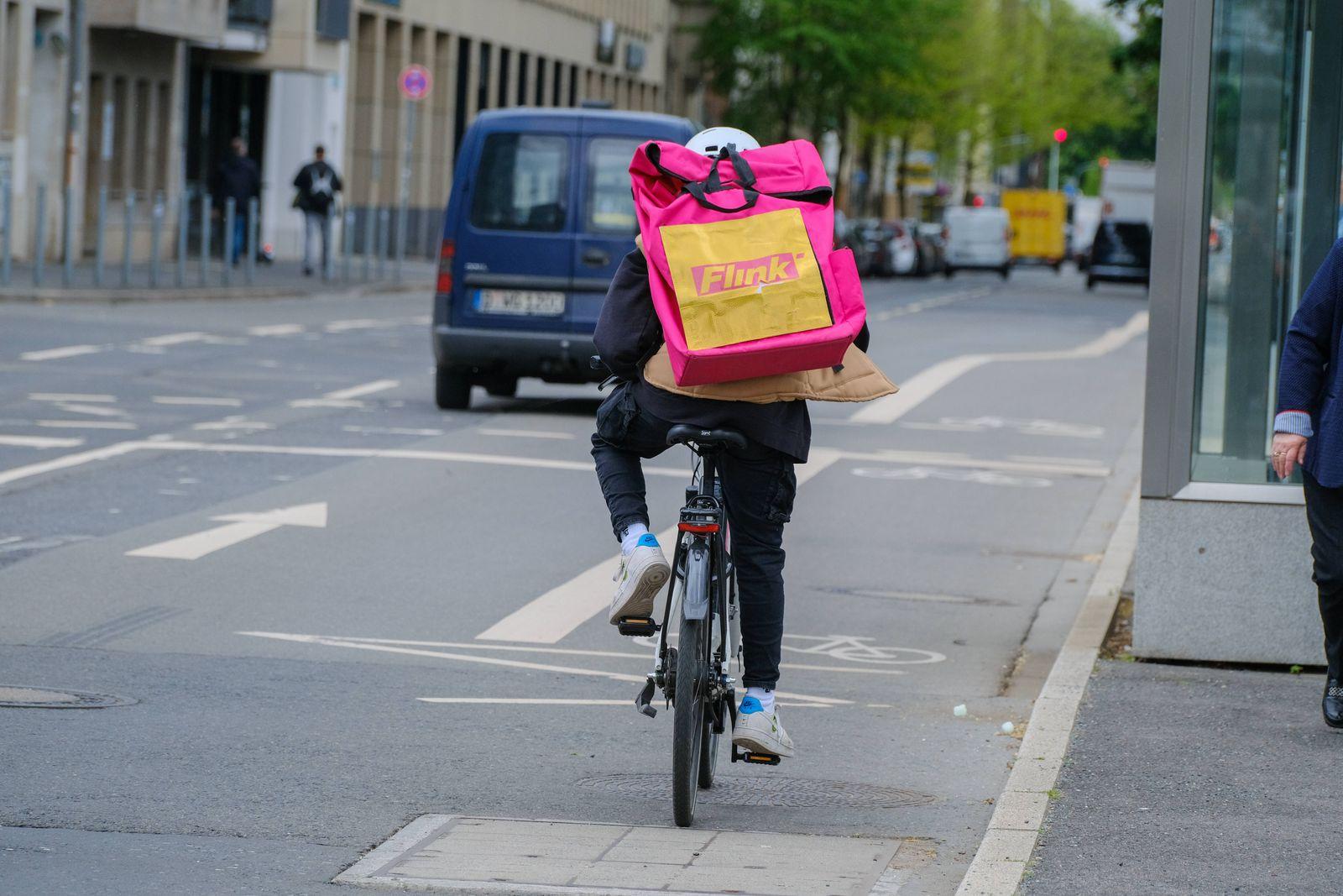Düsseldorf 10.05.2021 Flink frisches Obst und Gemüse in Bio-Qualität Supermarkt Radfahrer Lieferdienst Lieferfahrer Cor