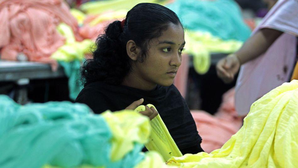 Junge Textilarbeiterin in Bangladesh
