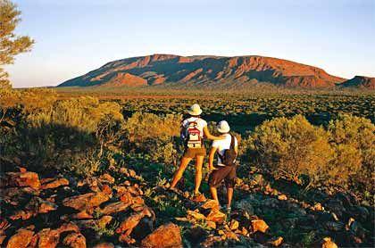 Sonnenuntergang ohne Gedrängel: Am Mount Augustus treffen sich oft nur wenige Urlauber, um das Spektakel mit vielen unterschiedlichen Rotfärbungen des Felsens zu beobachten