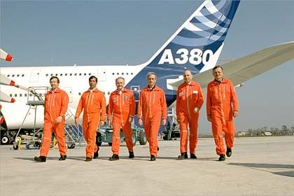 Sechs Männer wollen's wissen: Die zwei Testpiloten und vier Flugingenieure für den Erstflug, unter ihnen ein Deutscher
