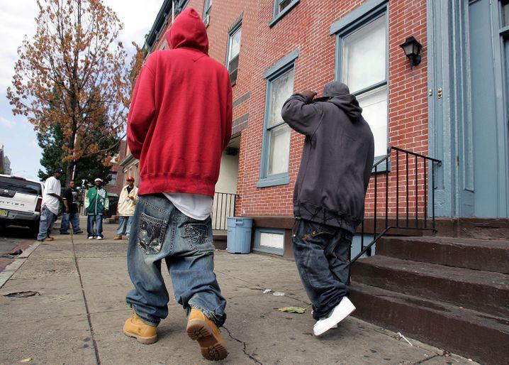 Baggy Pants: Die meisten Modetrends kommen von der Straße. Der Gangsta-Style hat leider auch die Passform der Hosen krimineller Aktivitäten unverdächtiger Herren negativ beeinflusst. Es muss nicht immer Anzug sein, aber es ist keine Schande, sich gut anzuziehen.
