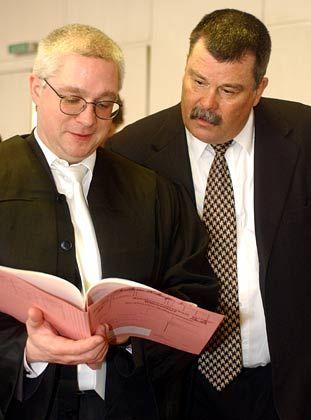 Soll über die Prämienbeschlüsse aufgebracht gewesen sein: Jürgen Ladberg, hier mit seinem Verteidiger Heribert Waider