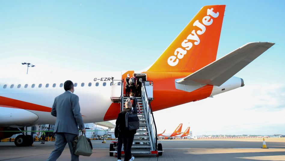 Easyjet-Passagiere am Flughafen London-Gatwick