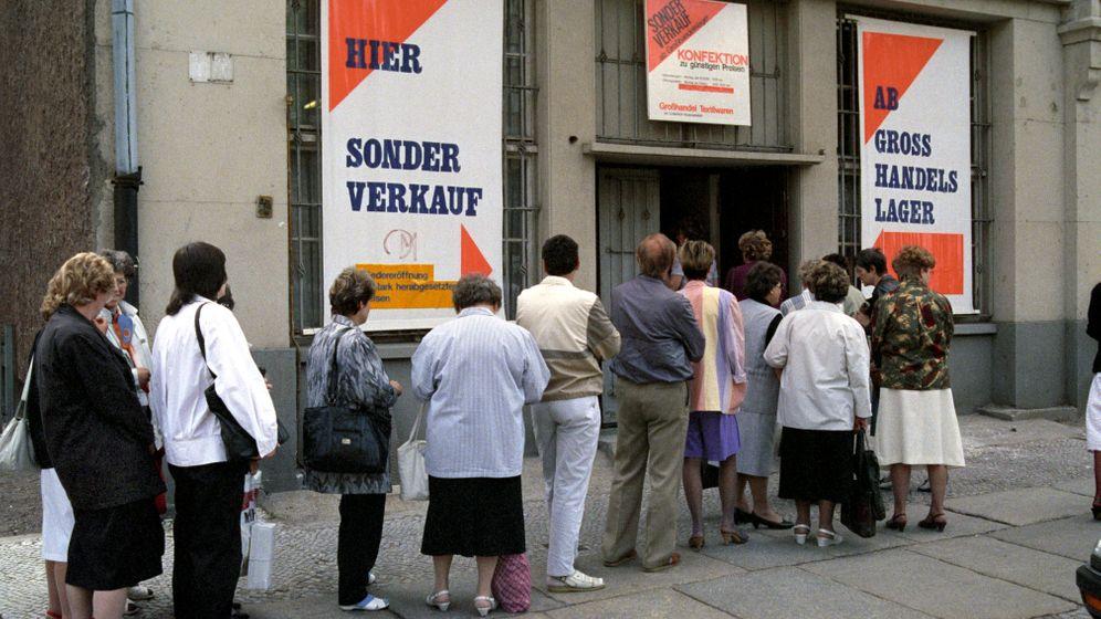 Jubel, Trubel, Nüchternheit: Wie die D-Mark in die DDR kam