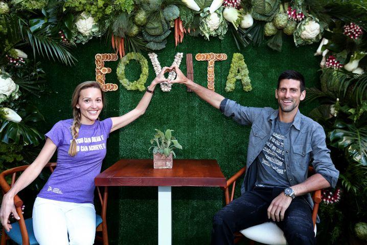 """Wenn Promis zu Restaurantchefs werden: Jelena und Novak Djokovic posieren vor ihrem Restaurant """"Eqvita"""" in Monaco"""