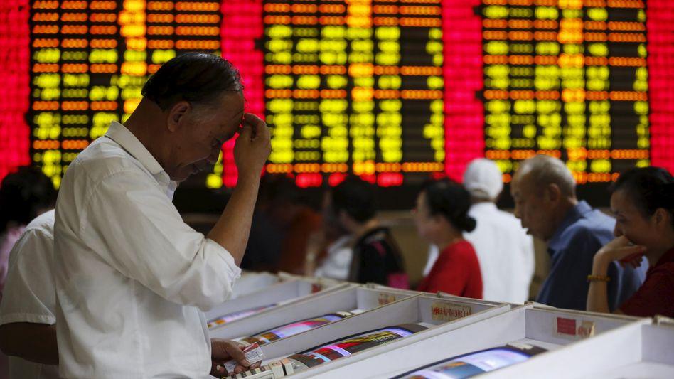 Die Blase platzt: Auch Stützungskäufen in Milliardenhöhe können den Kurseinbruch in China nicht stoppen. Leidtragende sind vor allem Privatanleger, die auf dem Höhepunkt des chinesischen Aktienfiebers ihre Ersparnisse in Aktien investiert haben