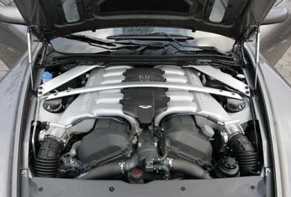 Breite Streben: Versteifung über der Zwölf-Zylinder-Motorhöhlung