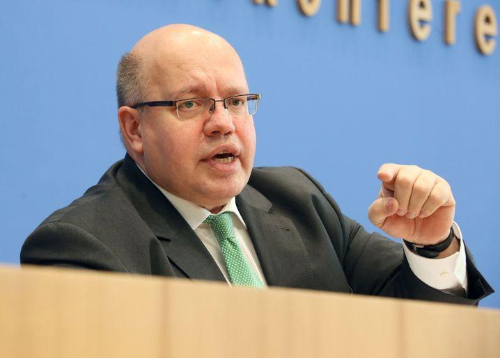 Peter Altmaier (CDU, 55 Jahre) plagte sich als Umweltminister eineinhalb Jahre mit der Energiewende ab. Auf Kritik stieß er dabei auch in den eigenen Reihen. Als Vertrauter von Merkel soll er Nachfolger von Ronald Pofalla (CDU) als Kanzleramtsminister werden. Er scheidet aus dem Kabinett aus.