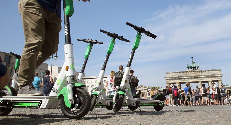 E-Tretroller des Verleihers Lime vor dem Brandenburger Tor in Berlin