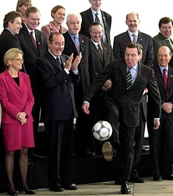 Kanzler Schröder zeigte seinen europäischen Kollegen fußballerisches Feingefühl
