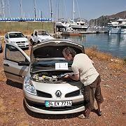 Blick unter die Motorhaube: Rechtsstreit gibt es beim Mietwagen meist um technische Mängel und Versicherungsfragen