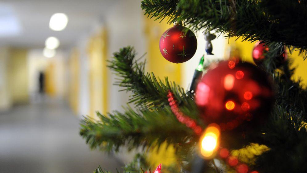 Eislaternen und Lichtertüten: Winterdekoration am Haus