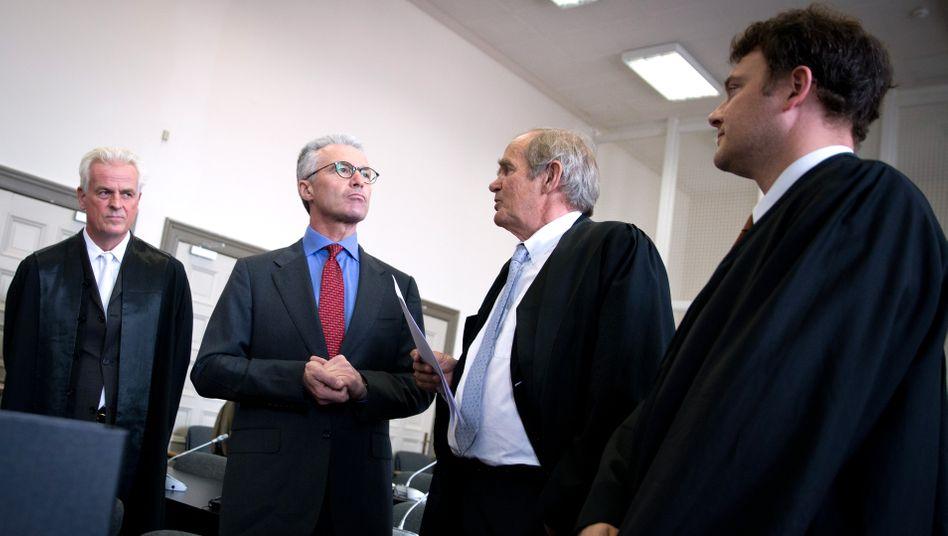 Verteidigungshaltung: Ex-Wölbern-Chef Heinrich Maria Schulte (2. v. l.) mit seinen Anwälten Thomas Hauswaldt, Wolf Römmig und Arne Timmermann (v. l.) am ersten Verhandlungstag im Landgericht Hamburg