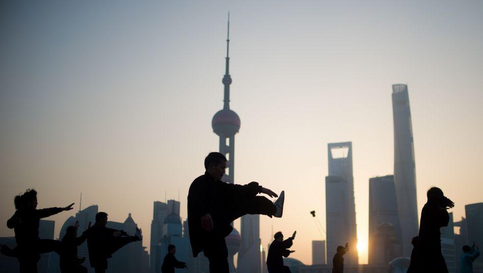 Morgengymnastik in Shanghai: China lässt vor dem Gabriel-Besuch die Muskeln spielen