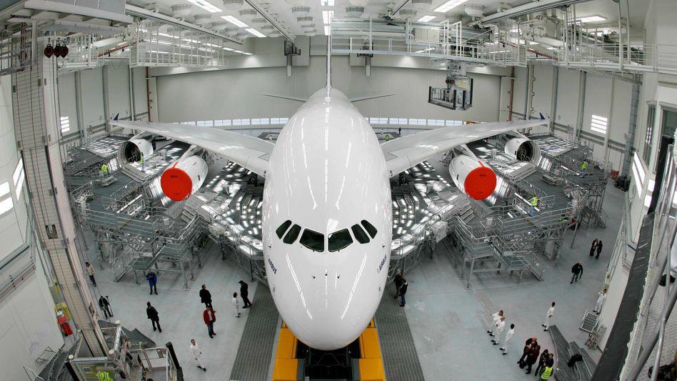 Airbus A380 im Werk in Hamburg-Finkenwerder (Archivaufnahme)