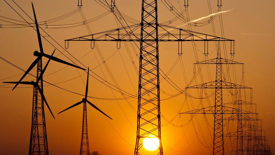 Strommasten in Niedersachsen: Von den bis Ende 2013 angekündigten 600 Kilometern neuer Leitungen sind erst 200 gebaut