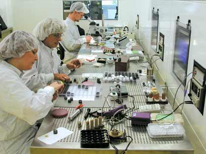Im Reinraum: Ingenieure tüfteln an neuen Produkten