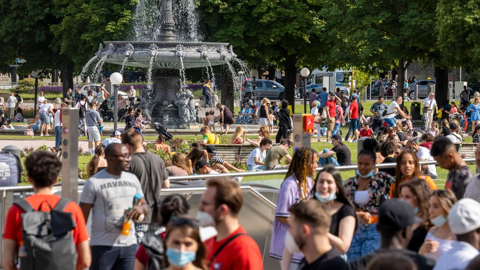 Aufgestauter Konsum: Passanten in der Stuttgarter Innenstadt