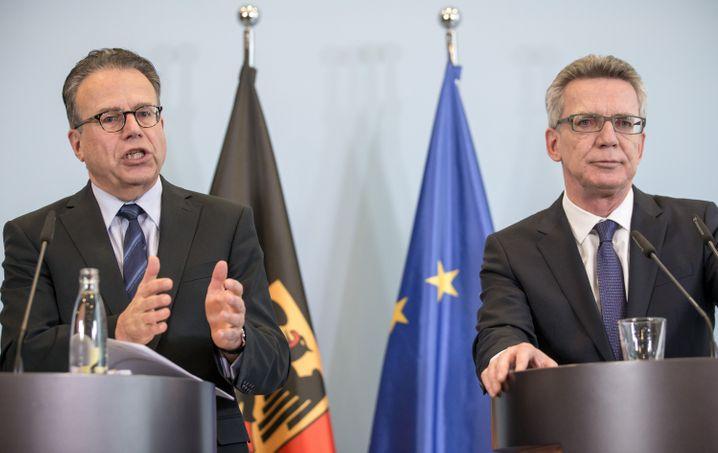 Der Leiter des Bundesamts für Migration und Flüchtlinge, Frank-Jürgen Weise, neben Bundesinnenminister Thomas de Maiziere (CDU, r) am 9. Dezember in Berlin.